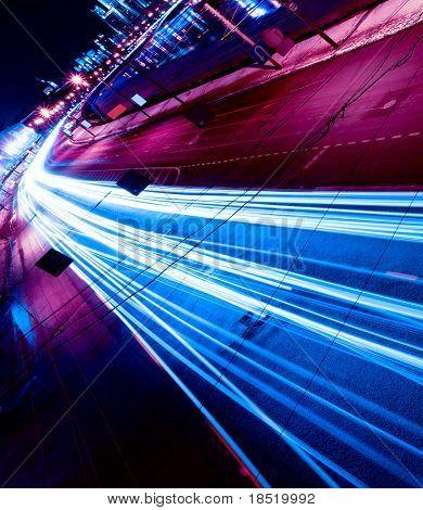 Movimento de noite nas ruas urbanas
