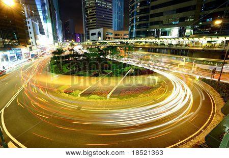 o tráfego na cidade durante a noite