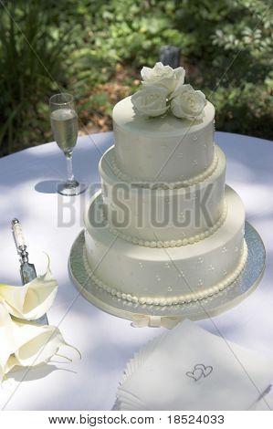 tres niveles alrededor de la torta de boda