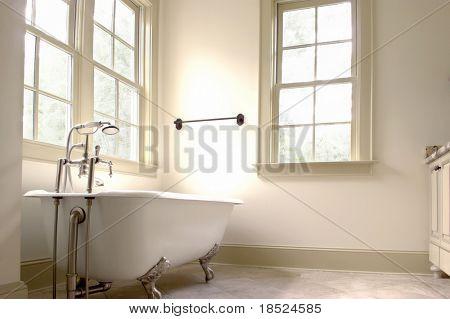 minimalistische Badezimmer mit Fliesen Boden und Clawfoot Wanne