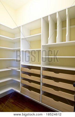 leere begehbaren Kleiderschrank mit Schubladen und Regale