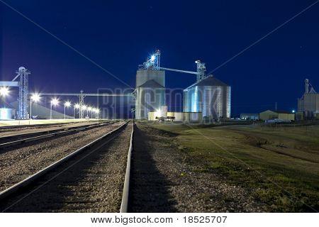 Silos y vías del ferrocarril en la noche