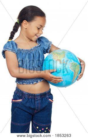 Niña con un globo del mundo