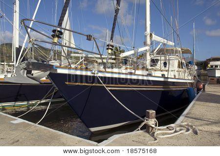 Ein Segelboot liegt in der Karibik.