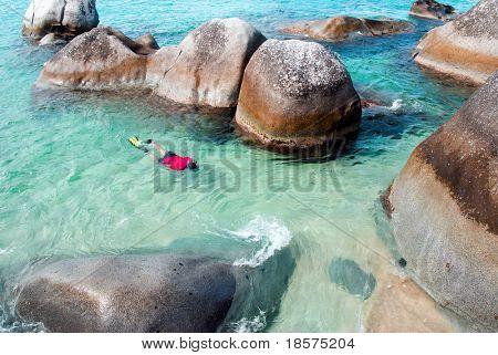 Un hombre de snorkeling en los baños en Virgin Gorda en las Islas Vírgenes Británicas.