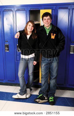 Pareja de adolescentes edad escolar