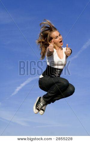 Joven feliz saltando para la alegría