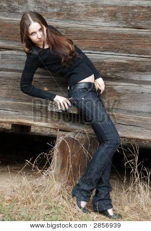 Teenager-Mädchen in der Nähe von Holz Wand