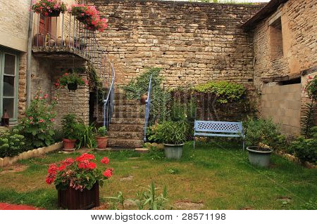 Patio interior, Cruzy-le-chatel