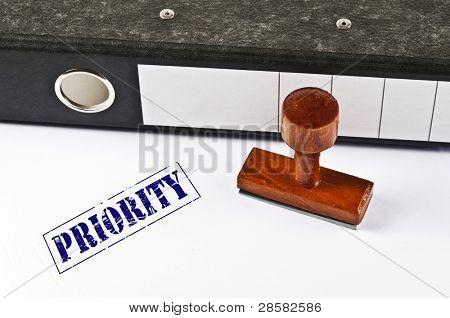 Priorität Stempel auf weißem Papier