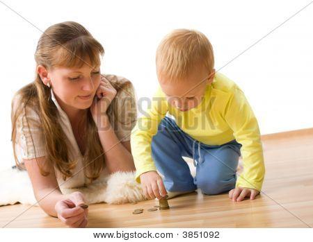 hübsch junge mit Mutter lernen, Geld zu Hause zu zählen