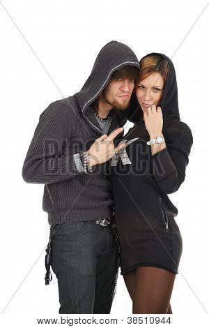 junges Paar in Hauben mit Verschwörung suchen