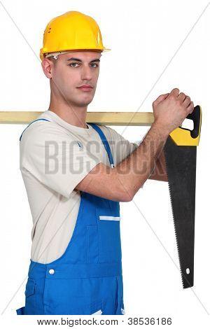 Um carpinteiro com um serrote.