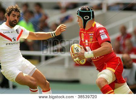 BARCELONA - SEPT 15: USAP Perpignan Luke Narraway(R) Laufwerk den Ball während der französischen Rugby-union-le