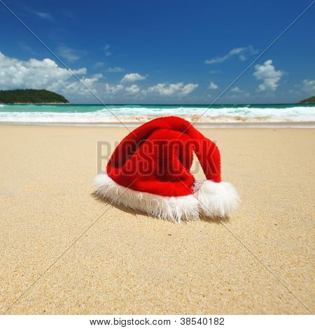 Sombrero de Santa Claus en una playa tropical