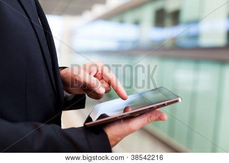 Hombre de negocios, trabajando con una tableta digital