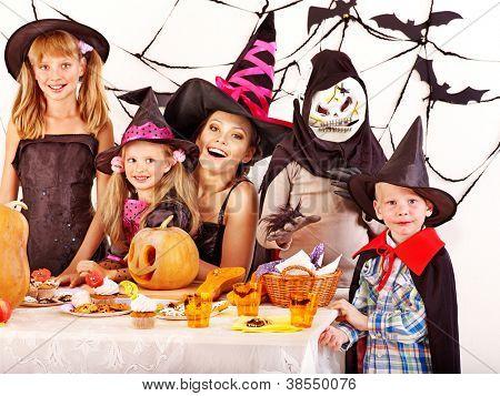 Halloween-Party mit Kindern halten Kürbis schnitzen.
