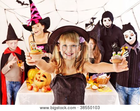 Halloween-Party mit Gruppen Kinder halten trick or treat.