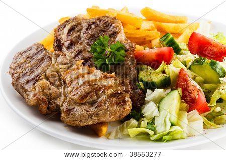 烤的牛排、 薯条和蔬菜