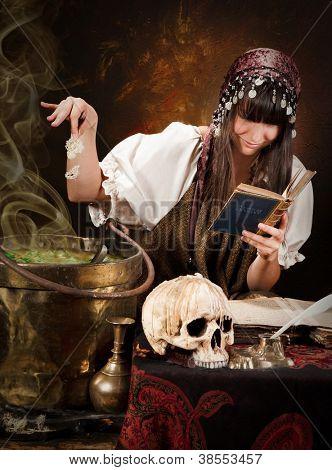 Halloween Hexe Vorbereitung Gift Suppe mit grünen Kräutern (offene Buch ist 300 Jahre alt, kein Urheberrecht