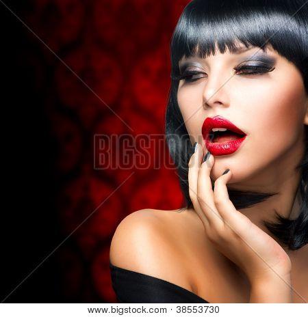 Schöne Brünette Mädchen Portrait.Makeup. Sinnliche rote Lippen und rauchigen Augen-Make-up
