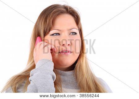 Joven rubia hermosa habla en teléfono móvil aislado sobre fondo blanco.