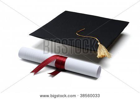 casquillo diploma y graduación aislado sobre fondo blanco