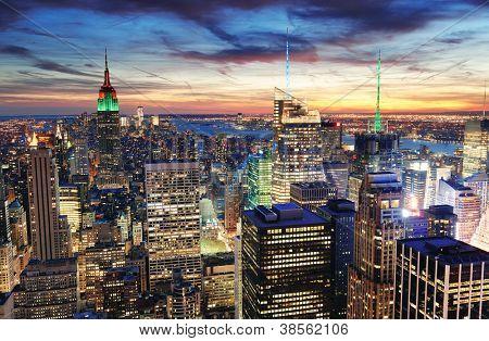 New York City skyline com arranha-céus urbanos ao pôr do sol.