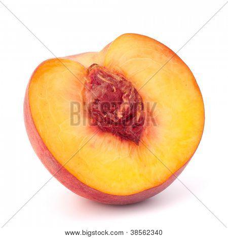 Frutos de pêssego maduros isolados na corte de fundo branco