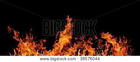 orange Flamme auf schwarzem Hintergrund isoliert