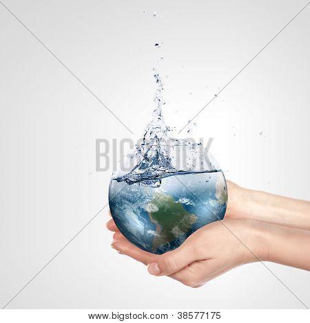 Globo mão humana contra o céu azul. Conceito de proteção ambiental. Elementos de Mobis esta imagem