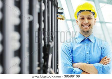 Ingenieur im Serverraum
