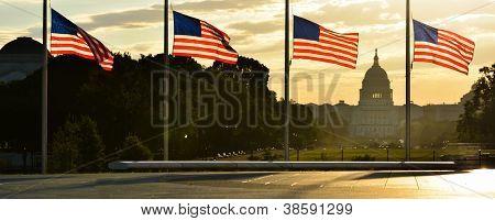 United States Capitol Gebäude Silhouette und uns Flaggen um Washington Monument bei Sonnenaufgang - Washi