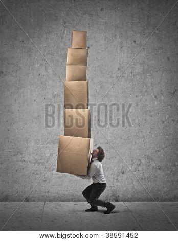 Empresario sosteniendo algunas cajas