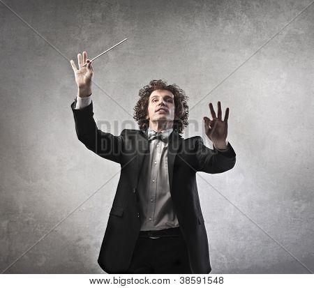 Homem conduzindo uma orquestra