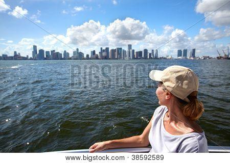 Frau Tourist auf Kreuzfahrt von Miami.