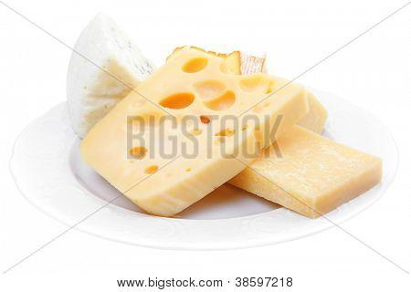 varios tipos de queso en el plato blanco aislado sobre fondo blanco