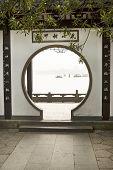 Постер, плакат: Арочный шлюз окно в Западный Китай озеро