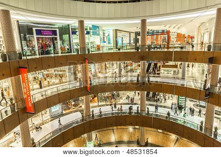 Vista interior do Dubai Mall - maior shopping do mundo