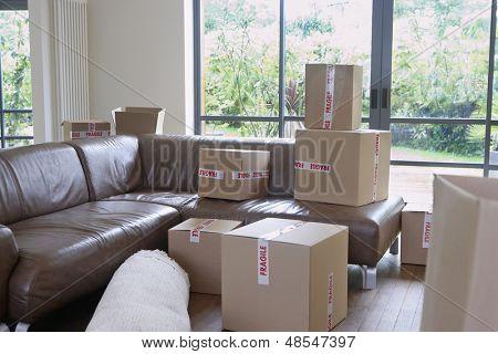 Blick auf gepackten Kartons im Wohnzimmer eines neuen Hauses
