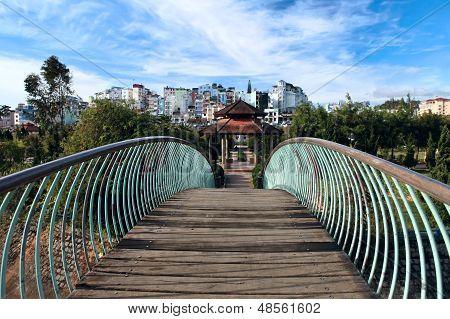 Ponte e Arbor num parque público. Dalat. Vietname