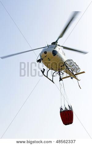 Helicóptero de bomberos con bolsa de agua