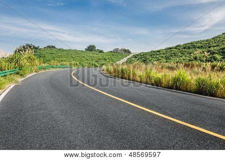 rodovia limpa ir através do Condado de campo por dia.