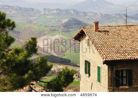 Vista aérea con edificio antiguo