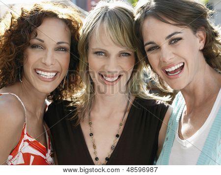 Closeup retrato de la joven mujeres amigos sonriendo al aire libre