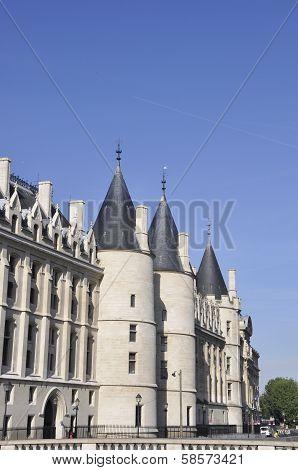 Conciergerie Three Towers in PARIS