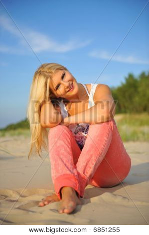junge schöne Sommer Woman relaxing on a beach