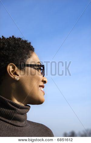 Perfil de sonriente joven negra