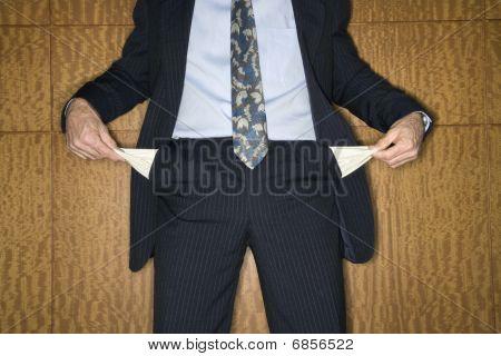 Empresário segurando bolsos vazios
