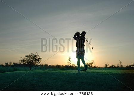 Jogador de golfe do nascer do sol